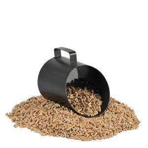 Pelle à granulés pelle pellet DIXNEUF noire 2 kg avec poignet et pellets dedans et autour sur fond blanc